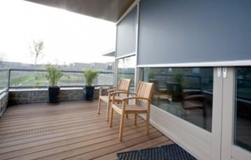 Rulouri exterioare Rulourile exterioare reprezinta solutia ideala pentru controlul si filtrarea intensitatii luminoase in cladirile de birouri sau spatiile de zi. Asigura o protectie solara ridicata.