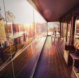 Inchideri pentru terase si balcoane cu sticla Terasele cu inchideri din sticla pot fi folosite pe tot parcursul anului. Avantajele utilizarii sistemului  se vor vedea indiferent de anotimp si poate fi adaptat oricarui stil architectural, asigurandu-va o transparenta maxima.