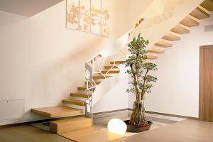 Scari pe structura metalica sau cu trepte incastrate Atelierul de design Superfaber proiecteaza si executa scari pe structura metalica sau cu trepte incastrate in perete ce se pot adapta oricarui gol de scara.