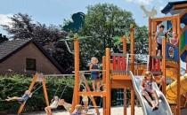 Echipamente de joaca din lemn, metal pentru copii Echipamentele de joaca marca Lappset ofera copiilor jocuri amuzante, interactive si foarte interesante, jocuri care stimuleaza capacitatile intr-un mod pozitiv.