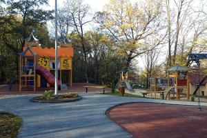 Amenajari locuri de joaca  Spatiul de joaca este necesar pentru crearea unui mediu propice pentru stimularea imaginatiei, sociabilitatii, dezvoltarii fizice si psihice, a abilitatilor de coordonare motorie.