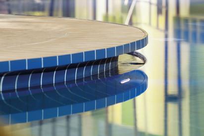 Detaliu al unui bazin placat cu ceramica AGROB BUCHTAL Piscine publice