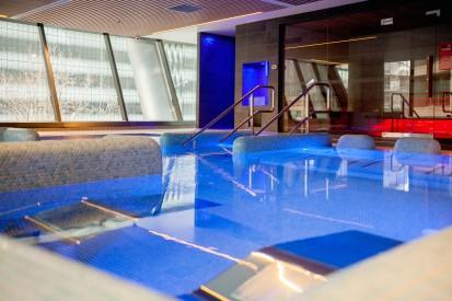 Bazin acoperit cu trambulina, placat cu ceramica albastra AGROB BUCHTAL Piscine publice