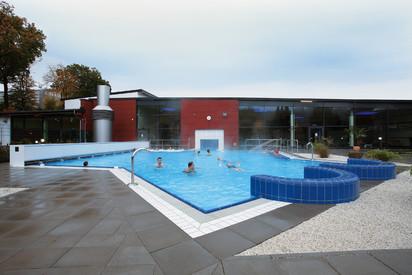Exemplificarea modului de utilizare a piscinei exterioare AGROB BUCHTAL Piscine publice