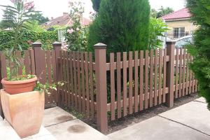 Garduri din lemn compozit WPC - Wood Polymer Composite Bencomp confectioneaza garduri din lemn compozit ce nu-si modifica semnificativ dimensiunile prin expunere la lumina si caldura, coeficientul de dilatare fiind apropiat de cel al aluminiului.