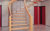 Scari din lemn pentru interior si exterior Scarile balansate din lemn produse de ESTFELLER sunt proiectate individual si executate pe comanda, din lemn masiv, cu o structura speciala brevetata care elimina necesitatea vangurilor centrale sau laterale, mana curenta avand rolul de element portant al scarii.