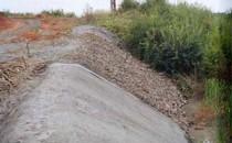 Geocompozite bentonitice Geocompozitele bentonitice sunt alcatuite din doua straturi de  geotextil care confineaza un strat de bentonita sodica naturala, cu grad  inalt de umflare, stabilizat cu aditivi si cu un polimer lichid. Se  folosesc ca bariera minerala de impermeabilizare flexibila, inlocuind cu  grosimea lor de cca 5mm un strat de argila compactata cu grosimi de la  0,70m pana la 2m in raport cu caracteristicile de permeabilitate ale  amplasamentului.