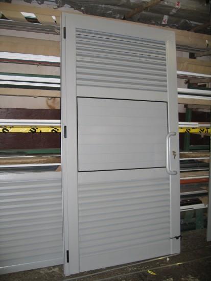 usa_cu_grile_aerisire Usi si ferestre cu tamplarie din profile de aluminiu