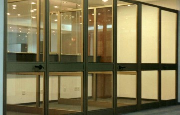 Usi si ferestre cu tamplarie din profile de aluminiu Tamplaria din profile de aluminiu ABAFORM este realizata din profile aluminiu anodizat sau vopsit in camp electrostatic si pot avea sau nu punte de rupere termica.