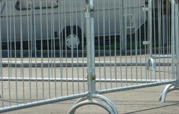 Garduri mobile pentru imprejmuiri temporare Gardurile mobile sunt realizate din panouri pre-galvanizate si sunt folosite la imprejmuiri temporare si controlul al persoanelor, vehiculelor si marfii.