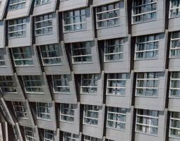 Tabla din aluminiu pentru fatade si acoperisuri NOVELIS ofera o gama de foi plate de aluminiu pre-vopsit, anodizat, folosit in industria de constructii, precum si folie protectoare pentru infasurat cabluri si sisteme de tevi.