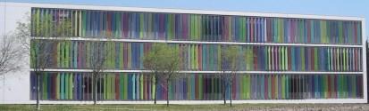 Fatada cu sistem brissoleil Sahel - Lamele colorate dispuse vertical SAHEL Sisteme de brissoleil-uri