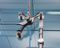 Sisteme pentru usi pivotante si glisante din sticla