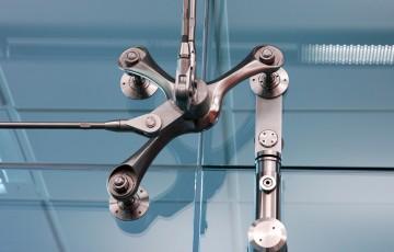 Sisteme pentru usi pivotante si glisante din sticla Gama SADEV DECOR cuprinde diverse produse pentru usi pivotante si culisante din sticla: Produsele SADEV DECOR imbina esteticul cu functionalul.