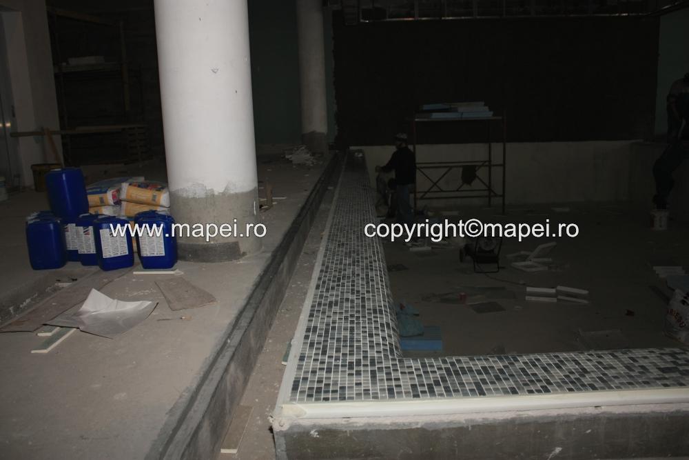 22. Placare rebord piscina cu mozaic_detaliu MAPEI - Poza 22