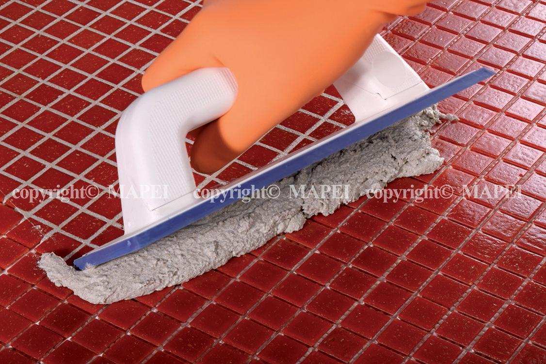 1. aplicare chit rosturi spatula mapei Kerapoxy Design MAPEI - Poza 2
