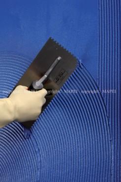 Prezentare produs 8. aplicare adeziv epoxidic spatula dintata Kerapoxy Design MAPEI - Poza 9