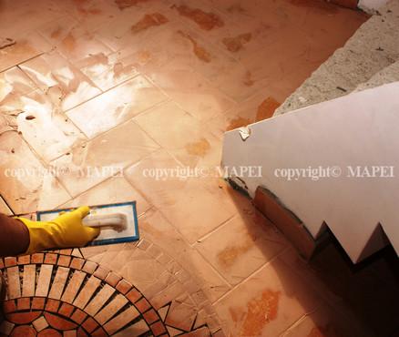 Executie, montaj 7. chituirea rosturilor placi gresie MAPEI - Poza 7