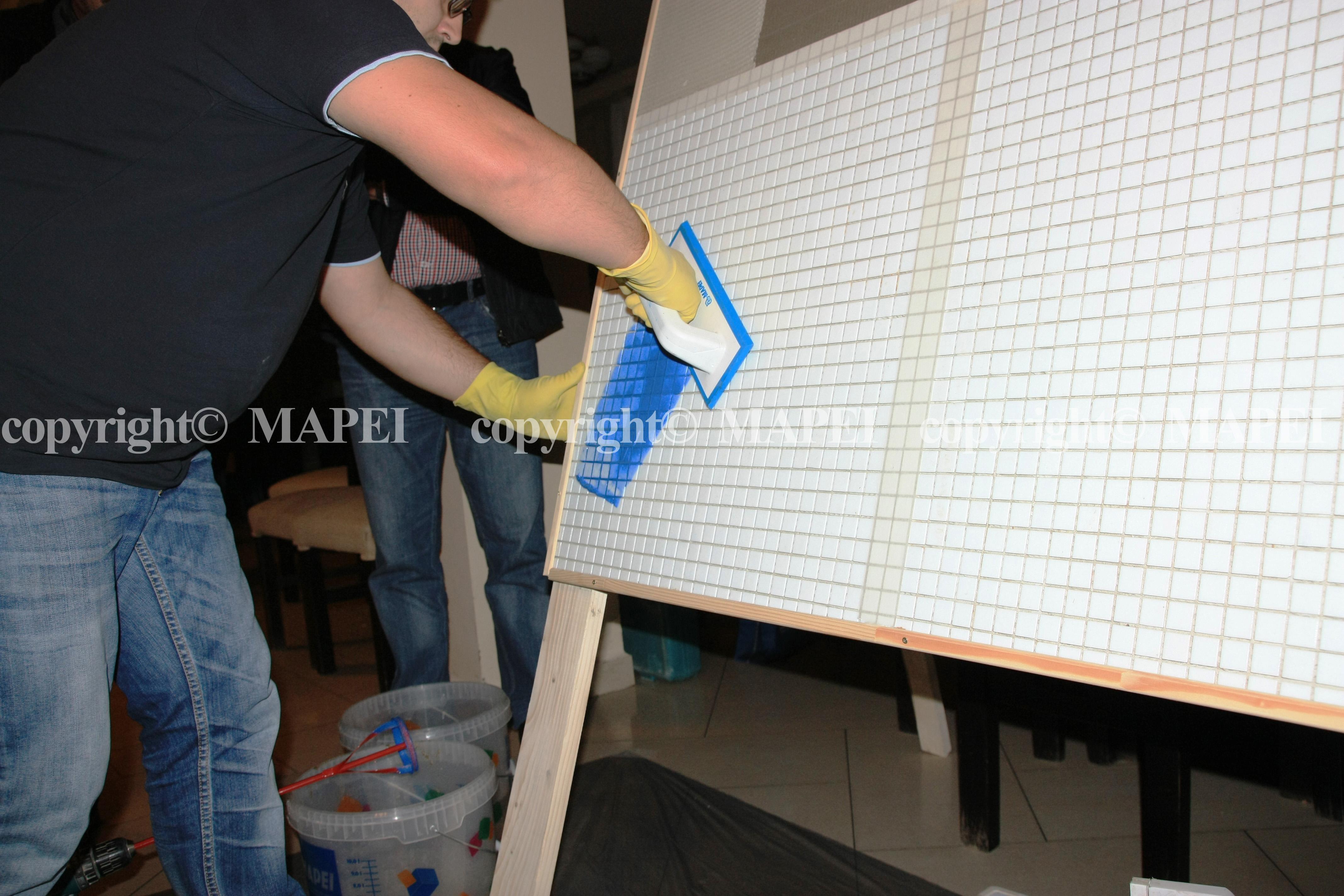 9. aplicare chit de rosturi cu spatula cauciucata Mapei MAPEI - Poza 9