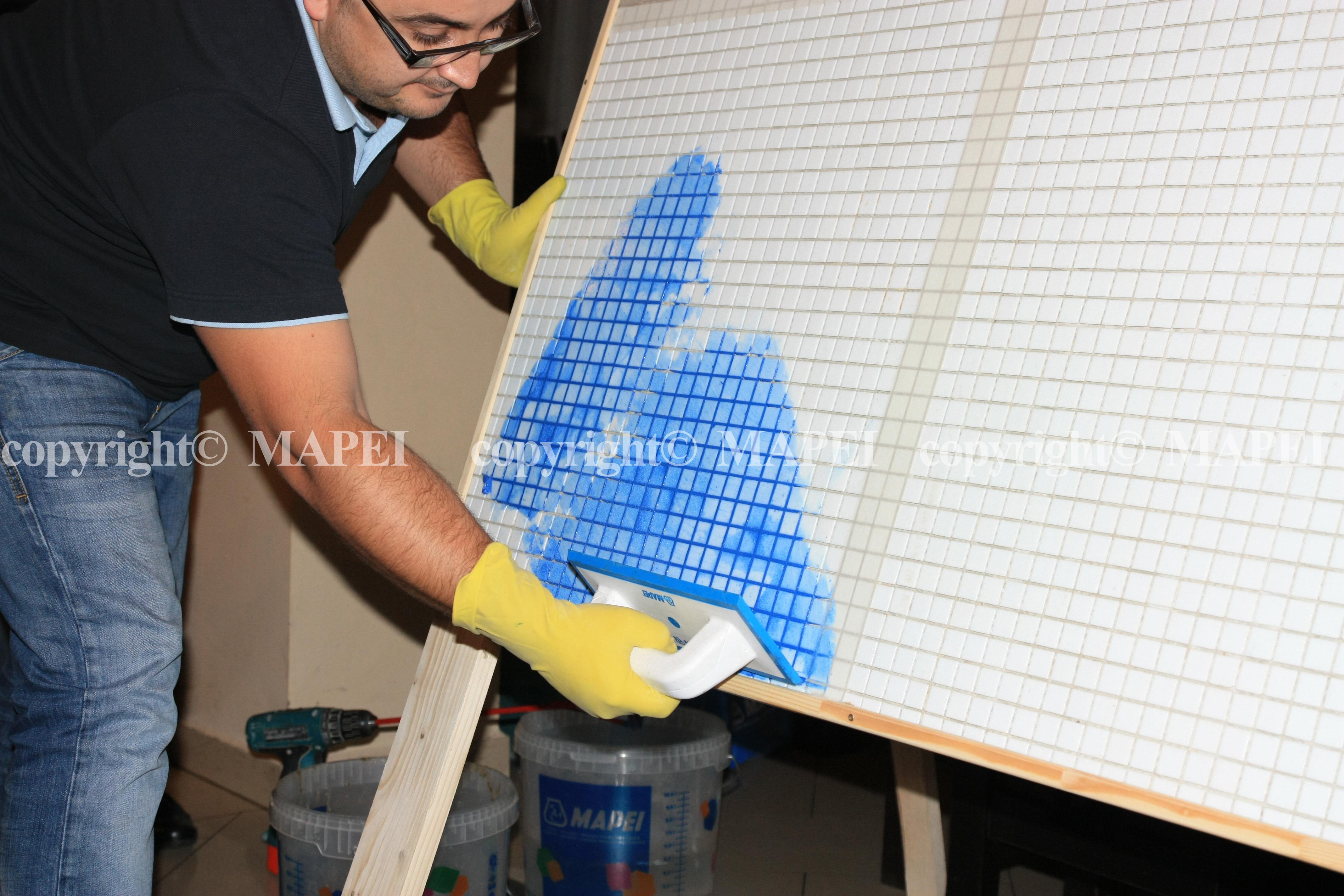 11. chituire rosturi mozaic cu spatula cauciucata MAPEI - Poza 11