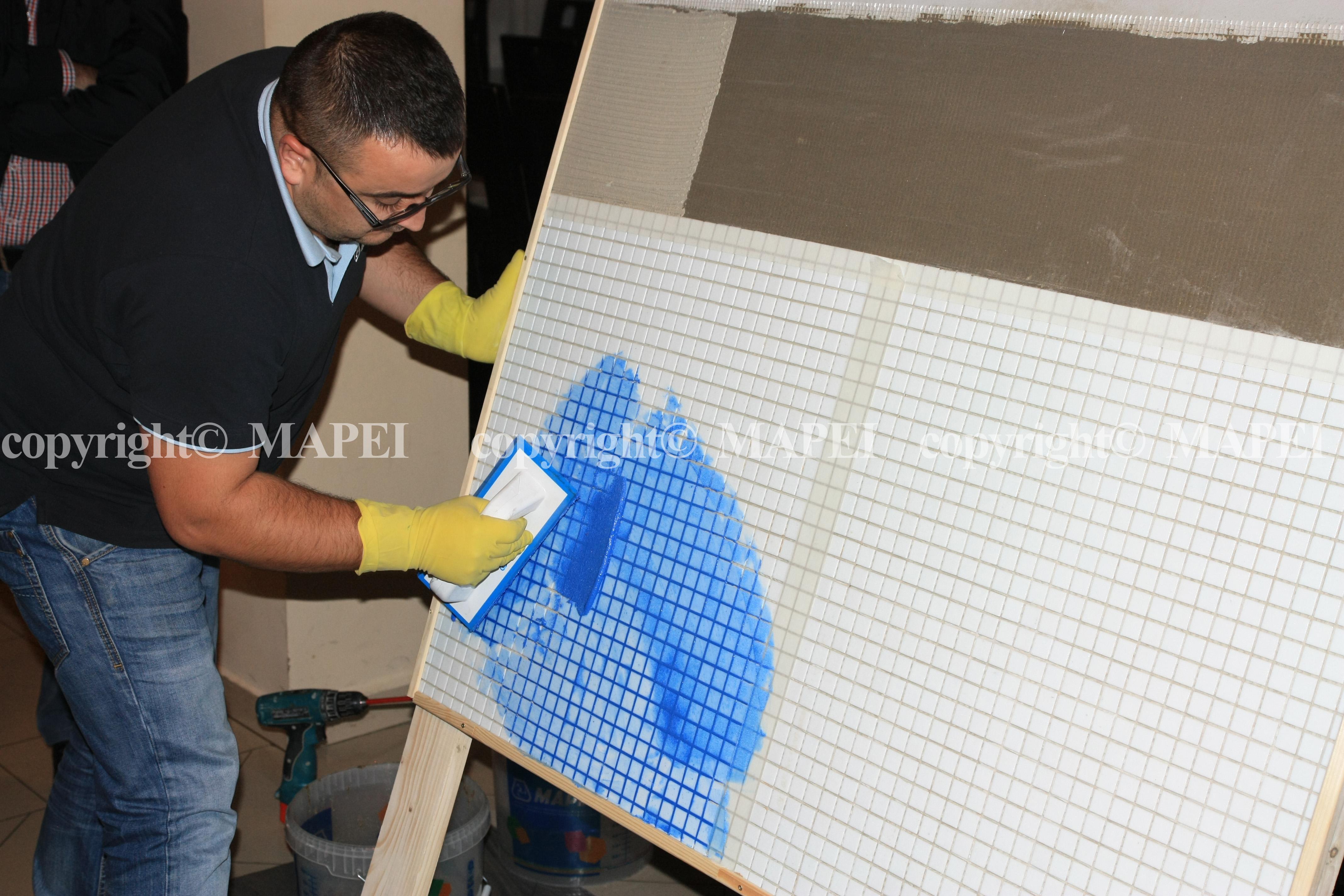 12. intinderea chitului in rosturi mozaic sticla cu spatula cauciucata MAPEI - Poza 12