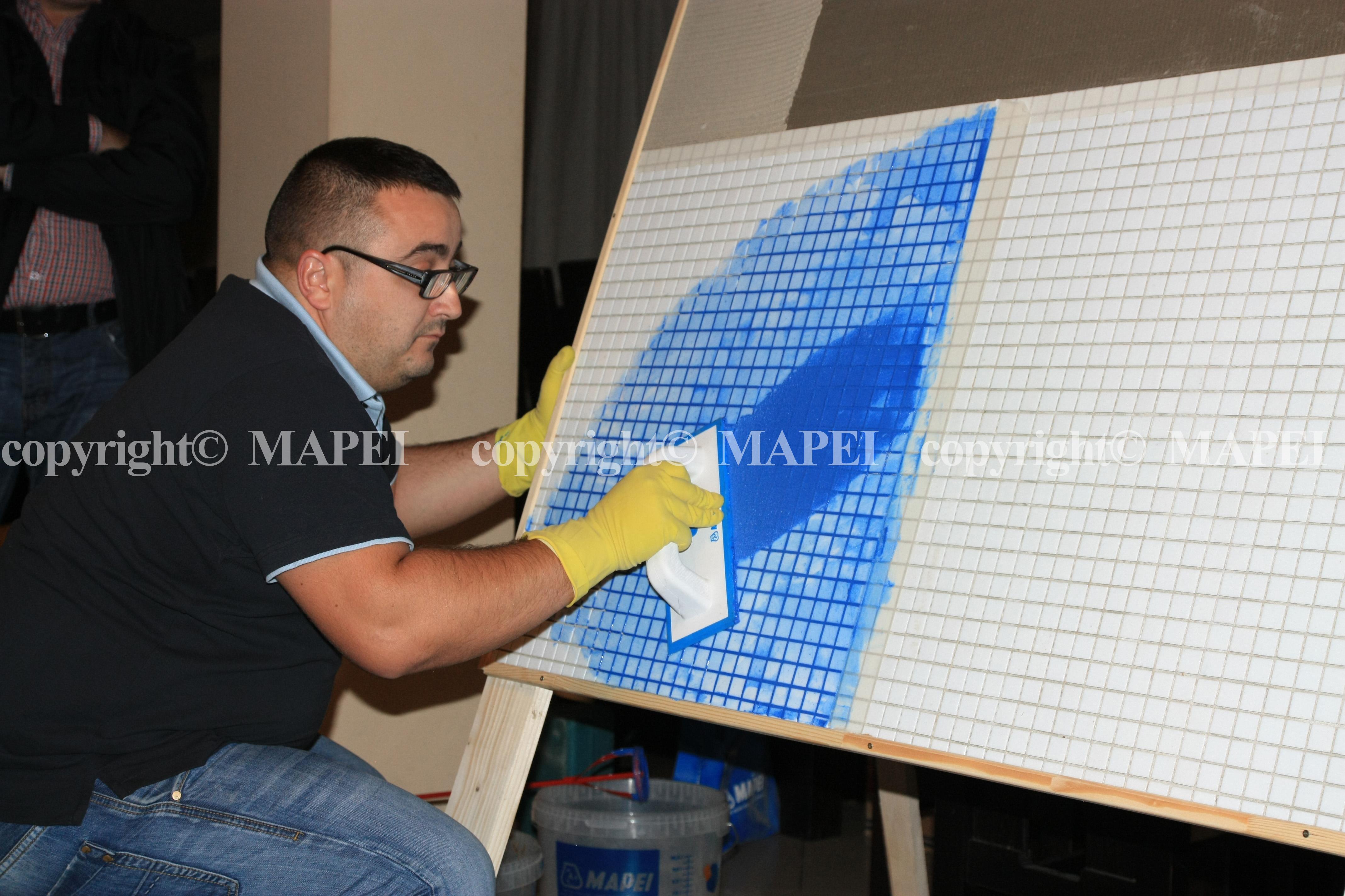 14. intindere chit epoxidic rosturi mozaic sticla MAPEI - Poza 14