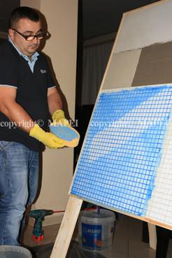 Exemple de utilizare 22. finisarea chitului de rosturi indepartare material cu burete de celuloza Mapei si apa MAPEI - Poza 22