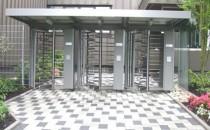 Turnicheti full - height Turnichetii  din gama Kentaur se prezinta sub forma unor echipamente cu contructie  robusta, pretabile la instalari in exterior. In combinatie cu sisteme de  control acces electronic, alcatuiesc sisteme de control ce nu mai  necesita supravegherea umana, oferind siguranta ca numai persoanele  autorizate acceseaza perimetrul protejat. Produsele KABA-GALLENSCHUTZ sunt destinate  aplicatiilor in cladiri  pentru birouri, institutii publice, in  aeroporturi, banci, zone  industriale, spitale.