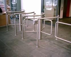 Turnicheti half height, bariere tripod, bariere cu senzori, usi batante Avand experienta a peste 30 de ani de activitate, firma germano-elvetiana KABA-GALLENSCHUTZ a devenit unul din cele mai importante nume pe plan mondial in domeniul solutiilor pentru controlul fizic al accesului persoanelor. Gama produselor KABA-GALLENSCHUTZ cuprinde usi rotative intr-o  gama mare de dimensiuni, usi batante, turnicheti, usi glisante liniare  sau circulare, usi cilindrice de securitate, bariere auto, porti de  acces in zone industriale si stadioane, etc.
