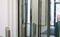 Usi rotative de securitate Produsele KABA-GALLENSCHUTZ sunt destinate aplicatiilor in  cladiri pentru birouri, institutii publice, in aeroporturi, banci, zone  industriale, spitale, supermarketuri, hoteluri, cazinouri, muzee,  parcuri de distractii, stadioane, etc.