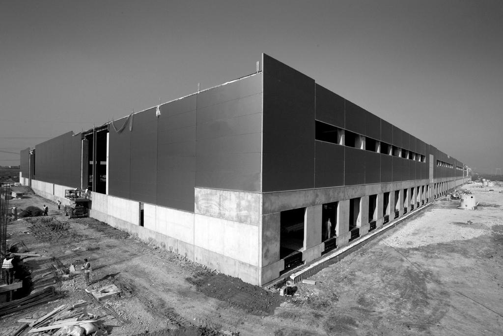 Hale industriale cu elemente structurale prefabricate din beton armat - Depozit logistic Mega Image MAGNETTI - Poza 1