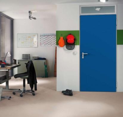 Usi de culoare albastra, intr-un birou Usi rezistente la foc