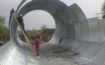 Structuri metalice prefabricate pentru tuneluri, canale, scurgeri colectoare, canale irigare si lucrari de drenaj Structurile de placi multiple de otel ondulat sunt recunoscute pe plan  universal ca o alternativa eficienta si competitiva la structurile de  beton armat pentru o gama de aplicatii in constructii civile, clasa  otelului conform normelor europene UNI-EN 100.25S235JR. Construite din  elemente prefabricate din otel ondulat si zincat la cald. Sunt montate  la locul utilizari prin folosirea buloanelor.