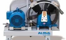 """Compresoare cu piston Compresoare cu piston ALMiG sunt cunoscute pentru producerea aerului comprimat in conditii economice, chiar si in cazul exploatarii permanente, in trei schimburi.Cilindrii din fonta cenusie, cu nervuri mari de racire, combinate cu roata de transmisie performanta a curelei trapezoidale """"V-belt"""" (HL), formeaza un sistem foarte eficient de racire pentru cele mai scazute temperaturi ale instalatiei si cea mai inalta calitate a aerului comprimat."""