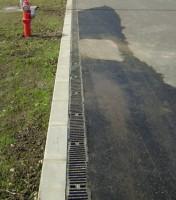 Rigole cu rezistenta mare Rigole HYDROTEC produse din beton cu fibre de sticla (calitate  beton C35/45), gratarele rigolelor sunt realizate din otel galvanizat  sau fonta ductila. Muchia de protectie a rigolelor este din otel  galvanizat sau fonta ductile si are ranforsari peretele rigolei.  Sistemul de fixare al gratarului de corpul rigolei este patentat si nu  mai sunt necesare suruburi si piulite. Gama complete de produse,  evacuarile pot fi realizate din corpul rigolei, prin camin colector sau  placa decapat.