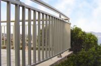 Sisteme aluminiu balustrade, maini curente pentru scari si balcoane Seria THEATRON este un sistem de profile care permite realizarea de balcoane si maini curente, intr-o mare varietate de modele (zabrelite sau cu geam de parapet).