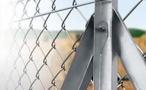 Garduri, imprejmuiri Sistemele de imprejmuire, produse de Metal Work Industry SRL, formate din stalpi metalici, plase metalice si fire de sarma, pot  fi instalate independent pentru o delimitare perimetrala sau pot intra  in completarea unor garduri sau ziduri, deja existente. Sunt recomandate pentru orice forma  peisagistica, chiar si in cazul terenurilor accidentate, cu pante  abrupte sau alunecoase, la realizarea imprejmuirilor de tip industrial,  civil, comunitar, militar, de agrement, sportiv, etc..