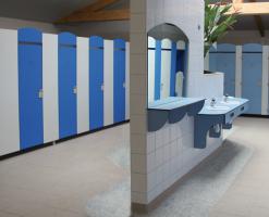 Compartimentari sanitare Compartimentarile sanitare CLIPS prezinta o rezistenta deosebita la umiditate, iar caracteristicile fizico - mecanice sunt excelente pentru aceste tipuri de materiale.