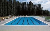 Piscine publice Piscinele cu tehnologie Bluspring oferite de LAGHETTO sunt piscine overflow. Sistemul overflow fiind cel mai eficient sistem de filtrare a apei datorita faptului ca permite revarsarea apei pe toate laturile piscinei astfel ca praful si mizeria plutitoare este evacuata imediat in canalul perimetral si trimisa catre sistemul de filtrare. De altfel in comunitatea Europeana este singurul sistem de filtare acceptat pentru piscine publice.