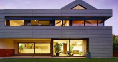 Casa cu fatada cu panouri tabla vazuta seara orizontale Steckfalz Stulp ondulat trapezoidal Sistem faltuit Solutii