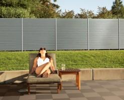 Garduri din material compozit - WPC  Gardurile din material compozit WERZALIT S2 (WPC = Wood Plastic Composite) sunt o alternativa rezistenta la intemperii si cu o durata mare de viata la gardurile din lemn. Acestea creeaza un spatiu privat si in acelasi timp ofera un aspect atractiv si natural.Cele doua sisteme terraza si structura pot fi utilizate ca panouri despartitoare, garduri, carport sau in alte domenii.
