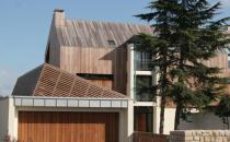 Fatade din lemn Lemnul a fost folosit in strare bruta ca si material de constructie inca din cele mai vechi timpuri.