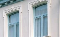 Profile decorative pentru fatade Profile decorative din poliuretan pentru decorarea fatadelor. Casele au  fost intotdeauna individualizate pentru a se putea diferentia. Gama Domostyl ce cuprinde ancadramente si glafuri exterioare pentru ferestre, pietre  de bolta, rozete, coloane si semicoloane, este ideala pentru a face din  casa ta atractia celorlalti. Ancadramente ferestre, glafuri exterioare, elemente decorative: rozete, pietre de bolta, coloane.