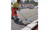 Hidroizolatii cu membrane bituminoase pentru poduri Sistemul de hidroizolatii poduri cu membrane bituminoase Sika cuprinde amorse epoxidice pentru grunduirea tablierele din beton, membrane bituminoase sau beton asfaltic si decofrol.