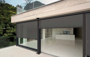 Screen-uri (Rulouri exterioare) Rulourile exterioare reprezinta solutia ideala pentru controlul si filtrarea intensitatii luminoase in cladirile de birouri sau spatiile de zi. Asigura o protectie solara ridicata.