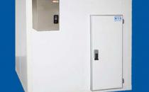 Camere frigorifice modulare Caracteristici camere frigorifice modulare:Panourile frigorificeMTH suntacoperite cu tabla din otel galvanizat - RAL 9010 5/10 mm grosime;Pardoseli acoperite cu folie de plastic la interior si exterior -703 5/10 mm grosime;Usa 68 mm grosime (temperaturi pozitive) si 92 mm grosime (temperaturi negative).