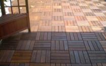 Deck-uri lemn Un produs inovator, unic pentru caracteristicile sale, practic si usor  de instalat. Proiectat, testat si conceput pentru utilizarea in aer  liber, Hortus poate fi instalat pe orice suprafata dreapta- sapa de  ciment, asfalt, bitum, gresie etc. Hortus este disponil sub forma de  dale formate din lamele de lemn fixate pe un material din plastic cu  sistem de drenaj cu suruburi din otel inoxidabil. Este disponibil in  doua variante, cu dimensiunile de 300x300 si 300x600 mm.