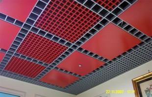 Sisteme de tavane din grilaje Sistemul este proiectat pentru realizarea de tavane metalice suspendate, care sa permita mascarea instalatiilor tehnologice amplasate pe plafon si in acelasi timp sa permita circulatia pe verticala, intre spatiile separate, a aerului si/sau a luminii. Sistemul permite mascarea instalatiilor aflate intre tavan si plafon, creand suprafete uniforme si unitare, permitand si realizarea unei game mari de solutii constructive si de compozitie cromatica.