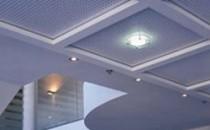 Sisteme de tavane din placi de gipscarton Arhitectura si designul tavanului sunt importante in crearea imaginii de ansamblu a unui spatiu. Knauf a dezvoltat sisteme de tavane care imbina cerintele estetice cu perfectiunea tehnica. Tavanele din placi de gipscarton Knauf se realizeaza prin placarea directa cu placi de gipscarton pe o  structura de sustinere fixata de planseul brut prin elemente de  suspendare flexibile sau rigide.