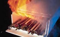Panouri rezistente la foc pentru placari si tubulaturi Rolul peretilor cu protectie la foc este acela de a impiedica, pentru o  durata suficient de lunga, extinderea incendiului asupra altor cladiri  sau compartimente vecine (sectiuni) ale cladiri. Peretii cu protectie la foc Knauf sunt alcatuiti dintr-un schelet de sustinere metalic sub forma unui  schelet simplu si o placare din doua-trei straturi de placi Knauf fixata cu suruburi pe ambele laturi. O foaie din tabla de otel este dispusa sub stratul superior de placi.